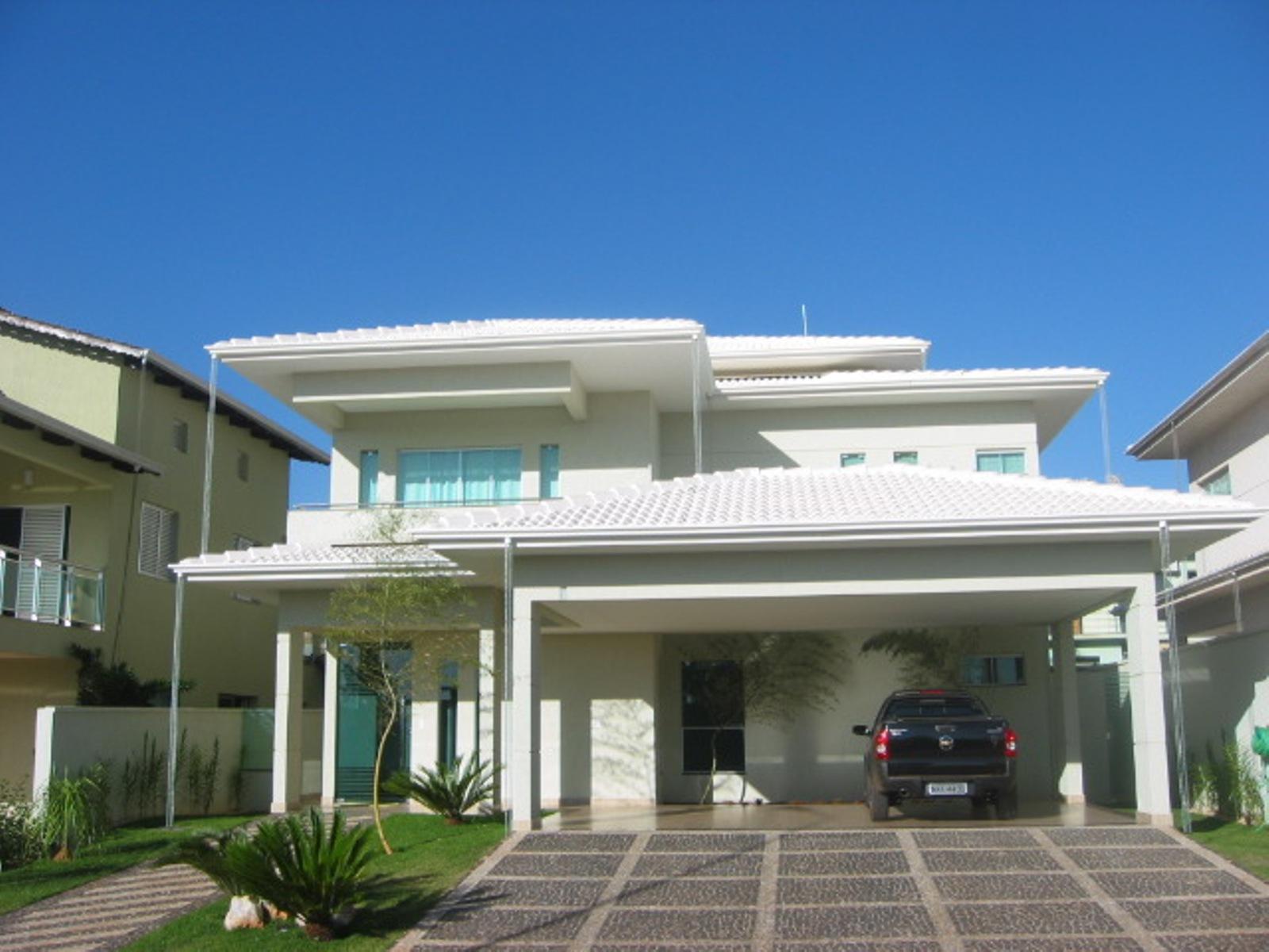casa telhado branco com carro na garagem